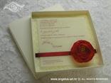 bež pozivnica sa crvenom satenskom trakom i ružom u kutiji