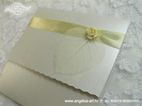 bijela krem pozivnica za vjenčanje s bež ružom i prozirnim listom