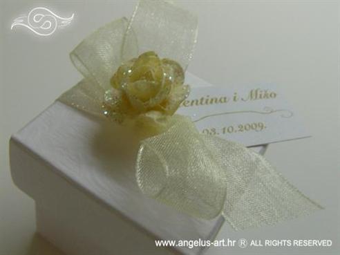 bijela kutijica za konfete s krem organdij mašnom i šampanj ružicom