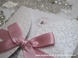 bijela pozivnica blindruck s rozom mašnom i tiskom