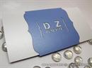 Bijelo plava pozivnica sa urezanim inicijalima na omotnici - Blue True Love L