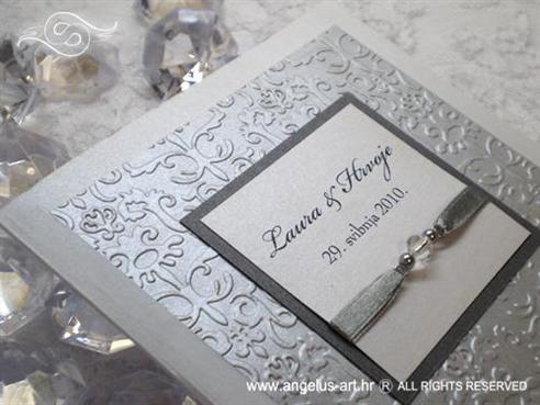bijela pozivnica za vjenčanje sa srebrnim detaljima i perlicama