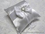bijele luksuzni jastucic za prstenje sa brosem