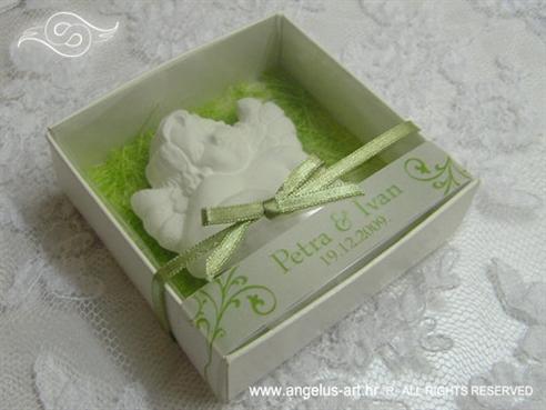 bijeli anđeo magnet u kutijici kao konfet za vjenčanje sa zelenom podlogom