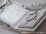 bijelo srebrni jastučić za prstenje u obliku knjige