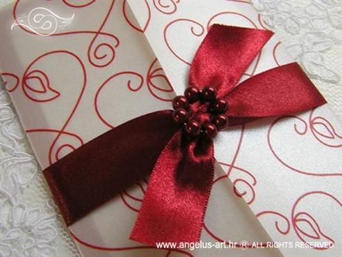 bordo crvena pozivnica s brošem od perlica
