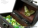 drvena skrinjica punjena staklenim perlama dekorirana leptirom