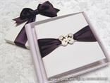 jastucic za vjencano prstenje u obliku knjige dekoriran brosem u obliku leptira