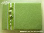knjiga gostiju s bijelim ružama na zelenoj podlozi