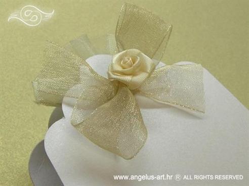 konfet lavanda u bijeloj košuljici s krem organdij mašnicom