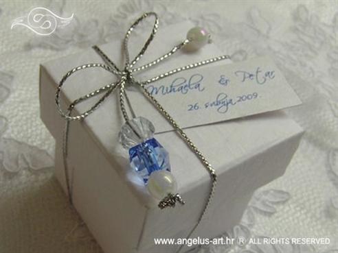 konfet za vjenčanje bijeli s plavim perlicama i mašnicom