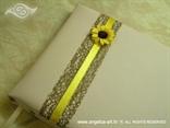 krem knjiga utisaka sa suncokretom i smeđom mrežom
