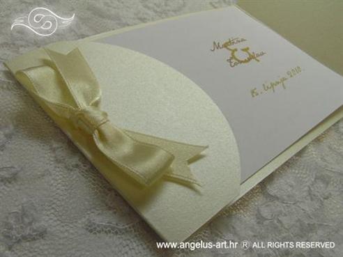 krem pozivnica za vjenčanje s bež satenskom trakom na preklop