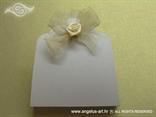 lavanda za vjenčanje u bijelo bež dekoraciji s krem satenskom ružom