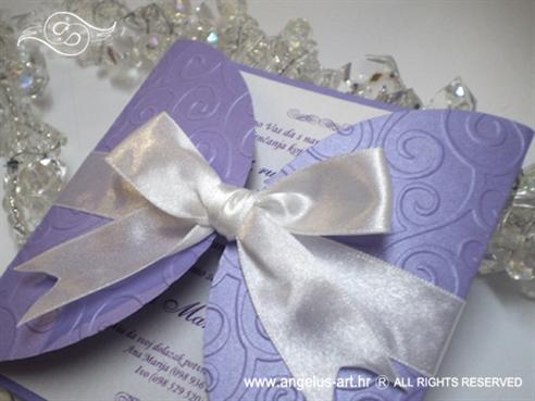 lila pozivnica za vjenčanje s bijelom mašnicom i blindruckom