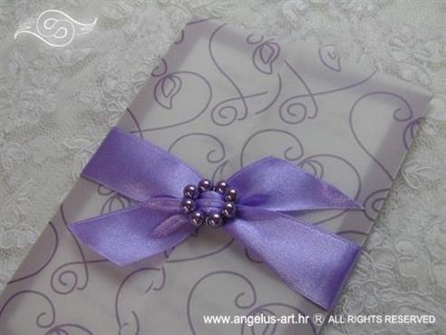 ljubičasta pozivnica s brošem od perlica