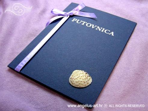 plava pozivnica putovnica s lila mašnom i školjkom