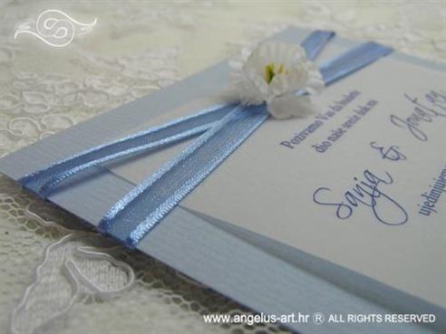 plava pozivnica s bijelim cvijetom