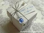 plavi konfet za vjenčanje u bijeloj kutijici s perlicama