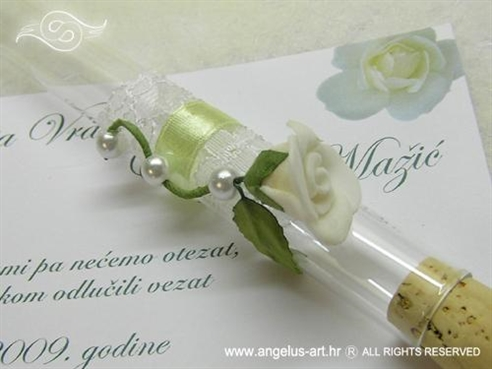 pozivnica u epruveti s bijelom ružom i biserima