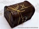 skrinja s blagom dekorirana zlatnom trakicom i inicijalima