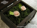 škrinjica za prstenje s mahovinom i ružama