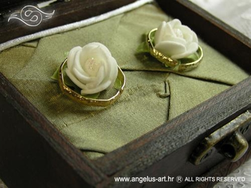 škrinjica za vjenčanje zelena s bijelim ružama
