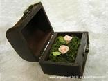 smeđa škrinja za prstenje s dvije roze ruže