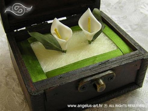 smeđa škrinjica za vjenčano prstenje s kalama i zelenim trakama