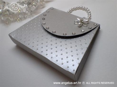 srebrna cestitka u obliku zenske torbice