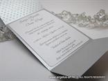 srebrna pozivnica s 3D uzorkom točkica i tiskom