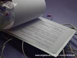 srebrna pozivnica s lila mašnom i ružom tekst pozivnice