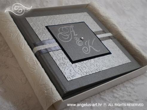srebrna pozivnica u kutiji s 3D strukturom i cirkonom