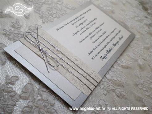 srebrna pozivnica za vjenčanje s bijelim cvijetovima i srebrnom mašnom