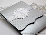 srebrna pozivnica za vjenčanje s točkicama i ukrasnim kartončićem