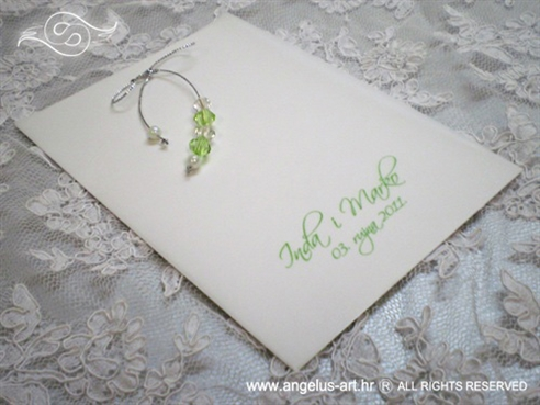 zelena zahvalnica s perlicama i srebrnom mašnom