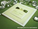 zeleno bijela pozivnica sa zelenim perlicama i reljefnom strukturom