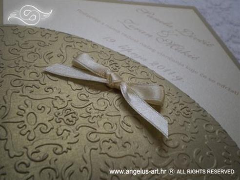 zlatna pozivnica za vjenčanje u obliku dijamanta s mašnicom