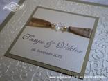 zlatno krem pozivnica s perlicama i satenskom trakom detalj